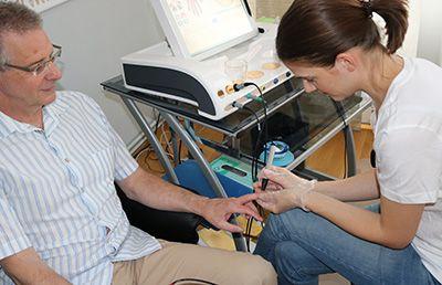 Therapeutin und Kunde während einer Bioresonanz Austestung