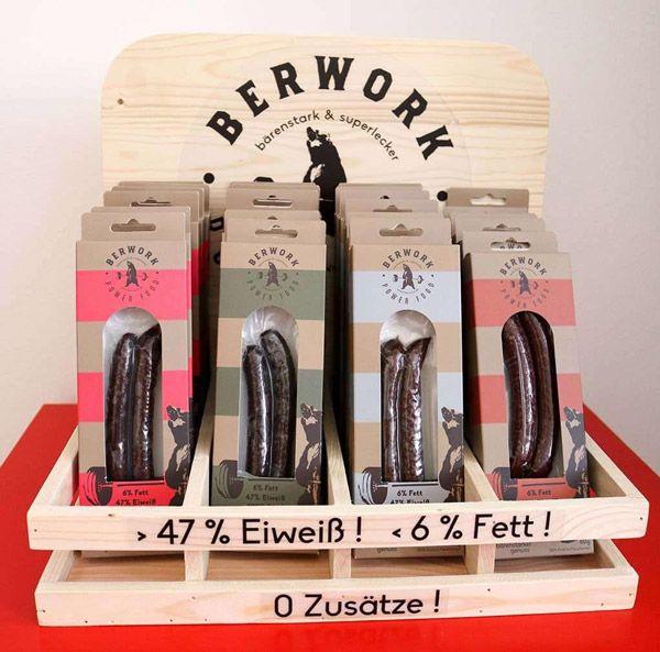 Holz Aufsteller mit Berwork Power Würsten