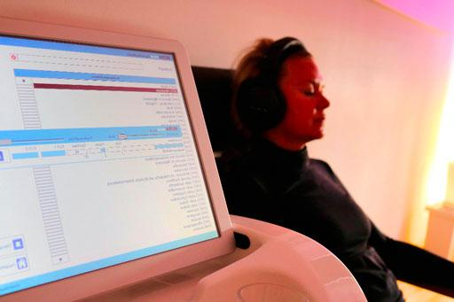 Kundin während einer Bioresonanz Behandlung mit Kopfhörern