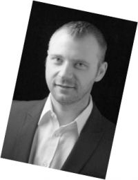 schwarz weißes Bild eines Mannes eines Referenzschreibens