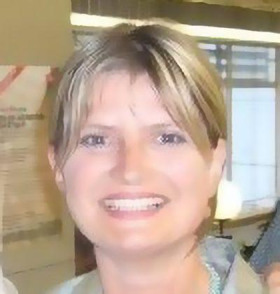 lächelnde Frau eines Referenzschreibens