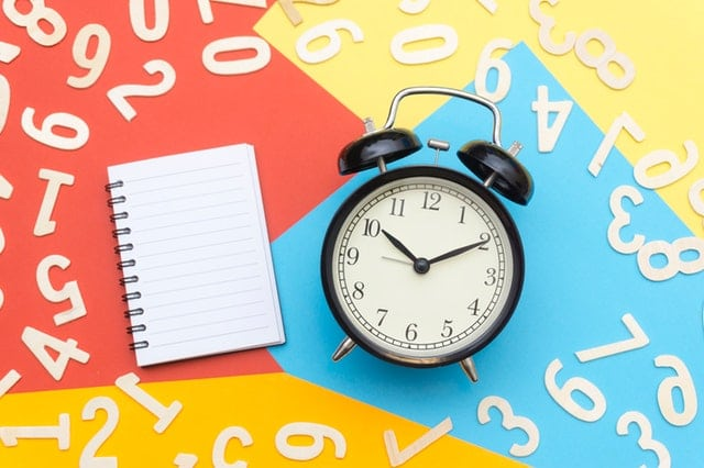 Uhr und Notizblock